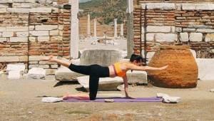 Efes Selçuk'tan Farklı Bir Performansla Kadınlara Uyanış Çağrısı